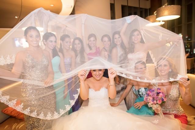 Novia con amigas - Matrimonio Roma y Guti